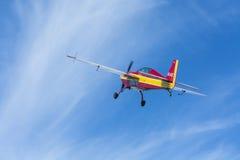 Extra-Fliegen mit 300 aerobatic Flugzeugen Lizenzfreie Stockfotos