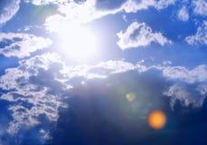 Extra-Heller Sun und Cloudscape Lizenzfreies Stockfoto