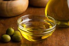 Extra jungfrulig olivolja i den glass bunken royaltyfri bild