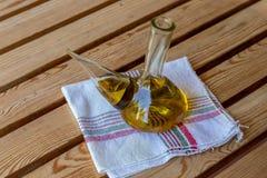 Extra jungfrulig olivolja i exponeringsglasbunke på en trasa Lantlig spansk medelhavs- olja arkivbilder