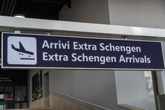 Extra-Schengen-Ankunftstafel stockbild