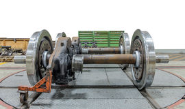 Extra spoorwegwielen op de as in een reparatieworkshop over isolate stock afbeelding