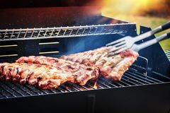 Extra- stöd som lagar mat på grillfest, grillar för utomhus- parti för sommar f arkivfoton