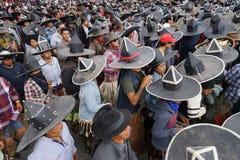 Extra stora sombrero som är slitna under Inti Raymi i Cotacachi Ecuado Arkivbild