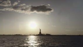 Extra wijd geschoten die van Standbeeld van Vrijheid in de zonsondergang van de rivier in New York, de Verenigde Staten van Ameri stock videobeelden