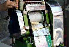 Extracción de azúcar de proceso por la máquina de acero del agolpamiento imagenes de archivo