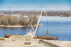 Extracción de la arena en el río Fotos de archivo libres de regalías
