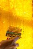 Extracción de la miel de los panales en colmenar Fotografía de archivo