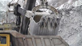 Extracción de la piedra salvaje para procesar en la industria de la tecnología almacen de metraje de vídeo