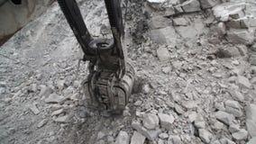 Extracción de la piedra salvaje para procesar en la industria de la tecnología almacen de video