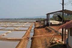 Extracción de la sal del mar Fábrica en la India meridional Foto de archivo libre de regalías