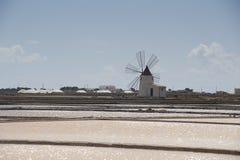 Extracción de la sal en Trapan en Sicilia Imágenes de archivo libres de regalías