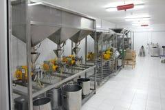 Extracción de petróleos en fábrica Imagen de archivo libre de regalías