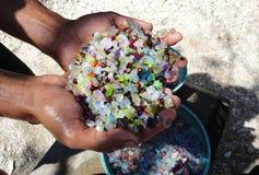 Extracción de piedras preciosas a mano, rubíes, esmeraldas, diamantes Imagenes de archivo