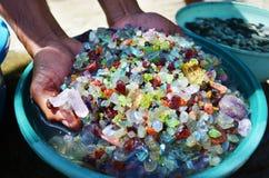 Extracción de piedras preciosas a mano, rubíes, esmeraldas, diamantes Foto de archivo