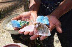 Extracción de piedras preciosas a mano, rubíes, esmeraldas, diamantes Imagen de archivo