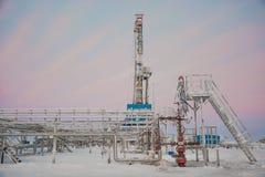 Extracción del aceite en el campo del norte Imágenes de archivo libres de regalías