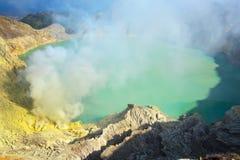 Extracción del azufre dentro del cráter de Kawah Ijen Imagenes de archivo