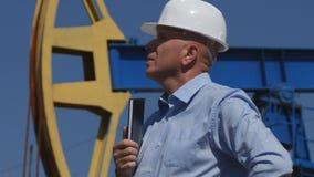 Extracción del ingeniero Exterior Work del petróleo de la industria de petróleo en actividad del mantenimiento fotografía de archivo