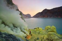 Extracción del sulfuro dentro del cráter de Kawah Ijen Fotografía de archivo
