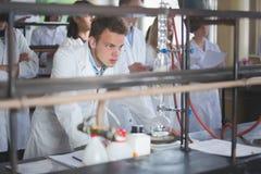 Extracteur de Soxhlet Percolateur-chaudière et reflux Dé de papier filtre, mécanisme de siphon et circulation d'eau froide Conden Images libres de droits