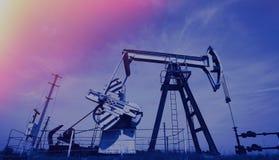 Extractie van hefboom van de oliepomp en de Gestemde oliebron stock fotografie