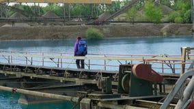 Extractie van kiezelstenen Vervoerband op het meer stock afbeelding
