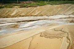 Extractie van zand, zandkuil met water royalty-vrije stock fotografie