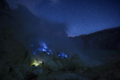 Extracting sulphur inside Kawah Ijen crater Royalty Free Stock Photos