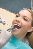Extraction de dent par le dentiste à l'aide du forceps photographie stock