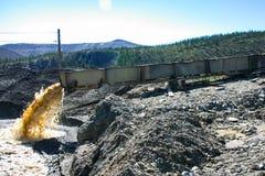 Extraction de l'or, minerai de lavage photo libre de droits