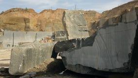 Extraction de pierre de granit dans une carrière banque de vidéos