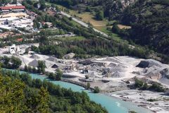 Extraction de sable le long de la rivière de Durance, France images libres de droits