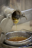 Extraction du miel à partir du nid d'abeilles Image stock