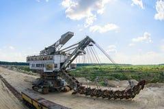 Extraction du sable dans la carrière d'une excavatrice énorme photographie stock libre de droits