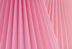 Extracto artístico con Rose Pink Fabric doblada a los ángulos paralelos inclinados Un fondo del diseño con el sitio o espacio par Imagenes de archivo