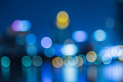 Extracto, bokeh de la falta de definición de la luz del paisaje urbano de la noche, fondo defocused Imagen de archivo libre de regalías