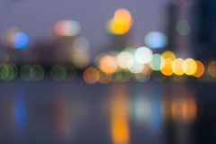 Extracto, bokeh de la falta de definición de la luz del paisaje urbano de la noche, fondo defocused Foto de archivo libre de regalías