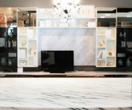 Extracto borroso de la sala de estar moderna con el estante y la TV de mármol imagenes de archivo
