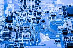 Extracto, cierre para arriba en los circuitos electrónicos, vemos la tecnología del mainboard, que es el fondo importante del com Imagen de archivo libre de regalías