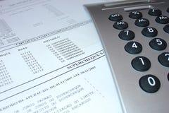 Extracto de cuenta con la calculadora Fotografía de archivo