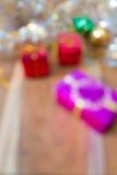 Extracto de la caja de regalo de la Navidad Defocused y del Año Nuevo borroso Foto de archivo libre de regalías