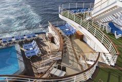 Extracto de la cubierta, de la piscina y de las sillas del barco de cruceros Imágenes de archivo libres de regalías