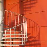 Extracto de la escalera espiral y de la sombra Imágenes de archivo libres de regalías