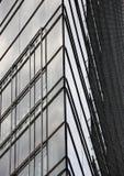 Extracto de la fachada de la esquina de cristal constructiva moderna Imagen de archivo