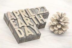 Extracto de la palabra del Día de la Tierra en el tipo de madera Fotografía de archivo