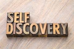 Extracto de la palabra del descubrimiento del uno mismo en el tipo de madera imagen de archivo