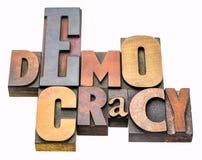 Extracto de la palabra de la democracia en el tipo de madera Imagen de archivo