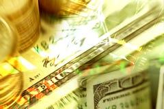 Extracto de las monedas y del billete de banco del dinero con el gráfico del mercado de acción y Fotos de archivo