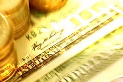 Extracto de las monedas y del billete de banco del dinero con el gráfico del mercado de acción y Imagen de archivo